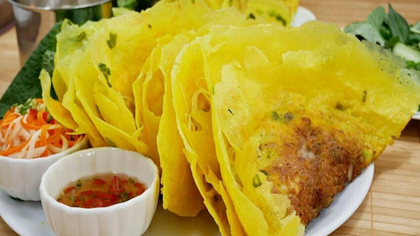 the local guide to find authentic banh xeo Vietnamese crepes in ho chi minh